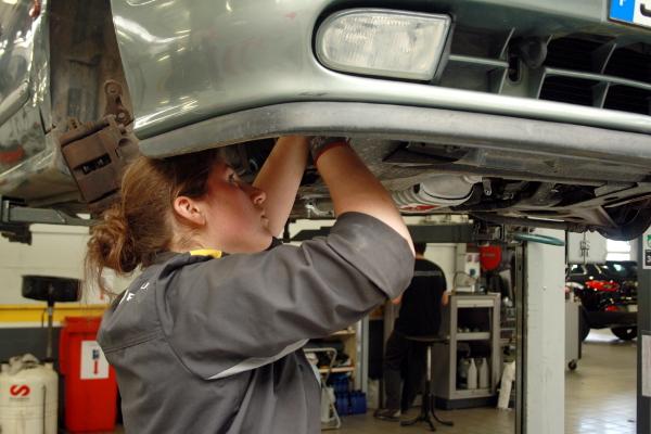 Laurine, mécanicienne auto chez Renault Angers.