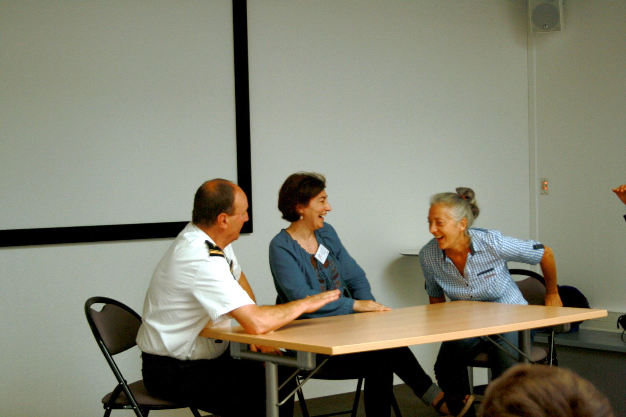 Les professionnel.le.s participent à la scénette aux côtés de la comédienne de la compagnie Myrtil (à droite)