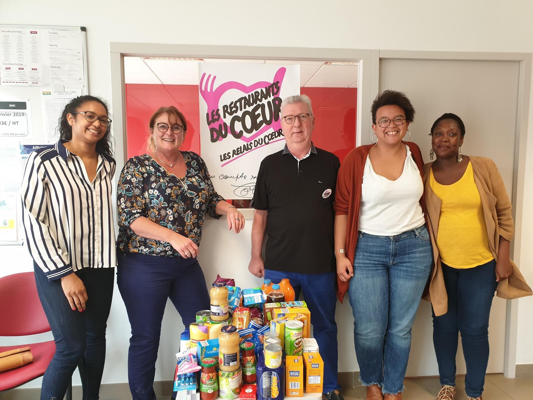 L'équipe d'Artus Interim lors de la collecte de denrées au profit des Restaurants du Coeur, au sein de l'agence d'Angers