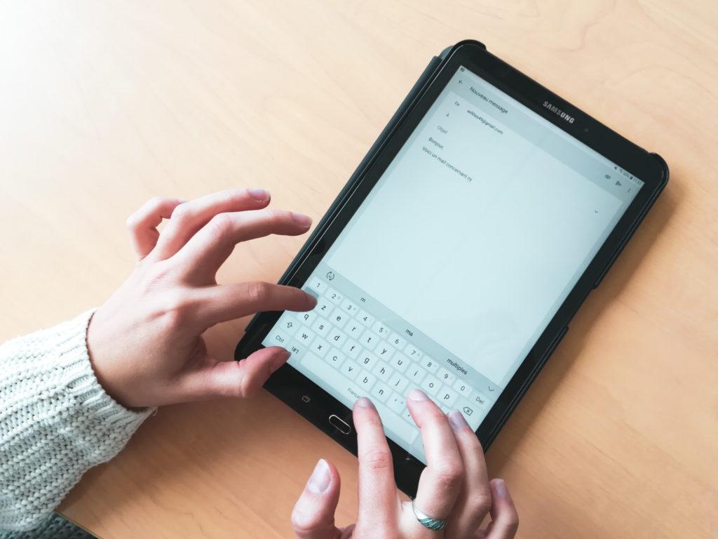 Une bénéficiaire utilisant une tablette lors d'un atelier